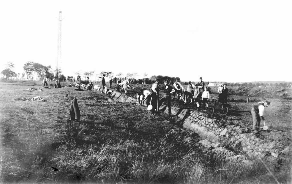 Herstellen eines der ersten Gräben, Randersweide; Bild mit freundlicher Genehmigung C.Sauss