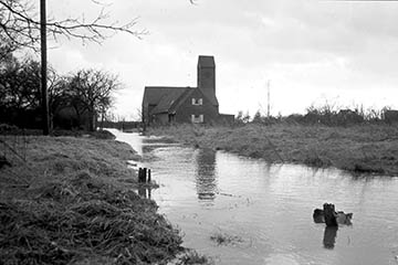 Grenzgraben (Graben 3) bei der Bugenhagen Kirche zwischen Püttenhorst und Kirche, Elbe Sturmflut 16.-17.2.1962