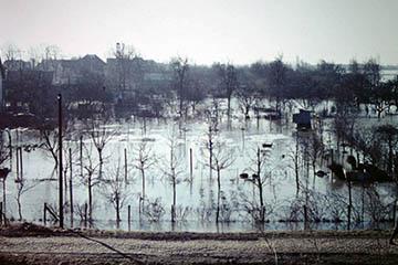 Blick vom Bahndamm Richtung Süd auf Allermöhe (heute Aral Tankstelle, Elbe Sturmflut 16.-17.2.1962