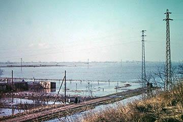 Elbe Sturmflut 16.-17.2.1962, Blick vom Bahndamm über Oberer Landweg nach Allermöhe, heute Aral Tankstelle