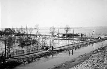 Blick von Bahndamm Richtung Allermöhe (heute Aral Tankstelle), Elbe Sturmflut 16.-17.2.1962