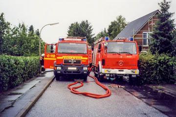 Starkregen Heulandhagen zwischen Klaus-Schaumann-Straße und Katendeich, Einsatz der Feuerwehr zum Abpumpen, 18.7.2002