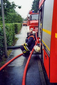 Starkregen Heulandhagen zwischen Klaus-Schaumann-Straße und Katendeich, Einsatz der Feuerwehr zum Abpumpen 18.7.2002